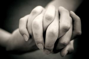 Тримаються за руки