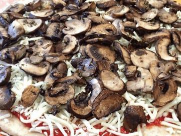 Піца на листовому тісті з грибами